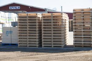 Alfta pall har tio anställda. Företaget tillverkar träemballage och lastpallar.