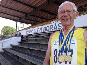Östen Edlund med medaljer vid Veteran VM den 7 juli. Samma arena som han tog sitt första svenska juniormästerskap.