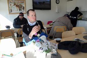 Rikard N Skoglund laddar upp med smörgås och kaffe inför dagens första lopp.