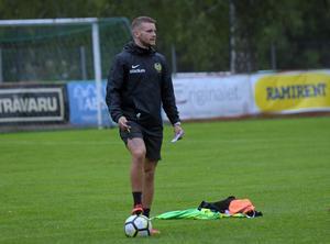 En knäskada tvingade Gustav Källberg att lägga av i förtid. Nu leder han i stället Korsnäs som tränare.