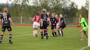Hemmalaget hade lite svårt att få undan bollarna sista halvtimmen, som här efter en hörna strax innan IFKs första mål.