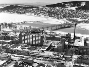 Så här såg en flygbild över Östersund ut 1975. Bron över till Frösön var ny så också sjukhuset. Men planerna på en ny bro hade funnits länge ...