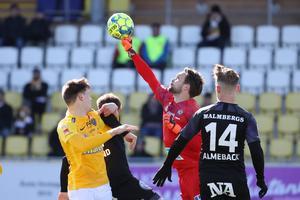 Örebros målvakt Oscar Jansson boxar bort bollen framför Falkenbergs ryske anfallare Kiril Pogrebnyiak och Michael Almebäck (14).