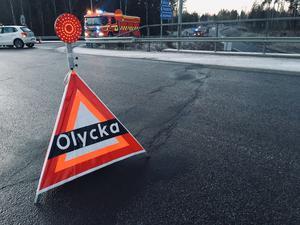 Två personer skadades vid en sidokrock på vägen ut mot E16 Lugnetleden vid trafikplatsen Norslund, vid nedfarten mot Gävle, på måndagseftermiddagen.