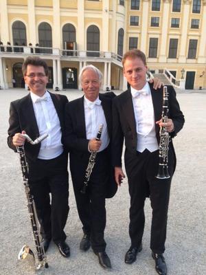 Norbert Täubl i mitten med en av sina återfunna klarinetter. Lena Nilsson beskriver Wienfilharmonikerna som