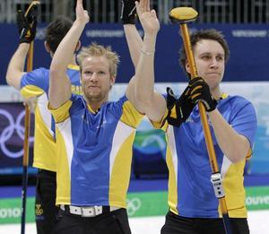 Niklas Edin och Fredrik Lindberg efter vinsten mot Storbritannien i OS 2010 som betydde att man skulle möta Kanada i semifinalen.