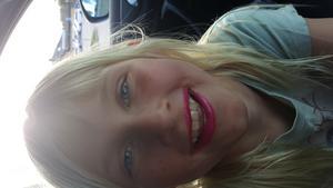 När Nellie satt tillsammans med bonusmorfar i bilen och väntade på mig så hittade Nellie ett av mormors hundra rosa läppstift och då blev hon så här glad! Bilden tagen av mormor Lena Westerberg.