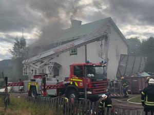 Brandkåren Norra Dalarna på plats för att bistå med rökdykare och höjdfordon. Foto: Brandkåren Norra Dalarna.