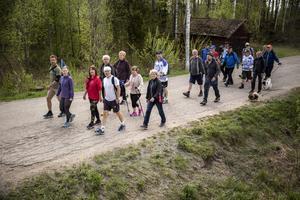 Sällskapet vandrar vidare mot Leksand.