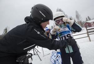 Ottilia Bogren får hjälp med nummerlappen av mamma Rebecka inför Bäver Benny Championship.