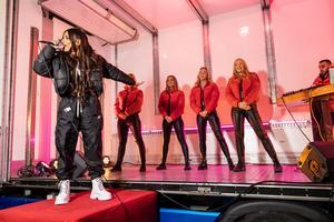 Linda Pira med dansare från Västerås Danscenter (fler befann sig nedanför på torget och dansade). Foto: Mattias Ahlm/Sveriges radio