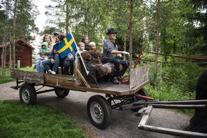 Många vill hinna med att ta ett varv med häst och vagn.