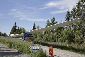 """En av """"vingarna"""" till rotorn. En speciallastbil krävdes för transporten till Ljungåsen och för en utomstående är det närmast obegripligt att ekipaget kunnat ta sig fram på de smala skogsvägarna."""