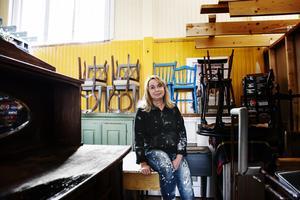 Anna-Karin spendera flera timmar i sitt förråd där hon målar om sina möbler.