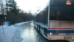 Vägen var glashal och chauffören hade inte en chans att stoppa bussen när den började glida.