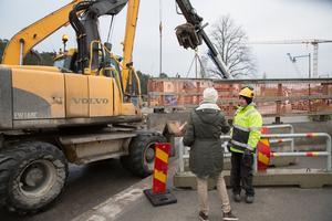 Gående har kunnat passera arbetsområdet under hela avstängningen, men fordonstrafik stoppades på onsdag eftermiddag. Under fredagseftermiddagen öppnas Slussgatan igen.