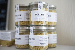 Pollen från skog och äng säljs i gårdsbutiken. – Passar utmärkt i filen, säger  Ulrike Steiner.