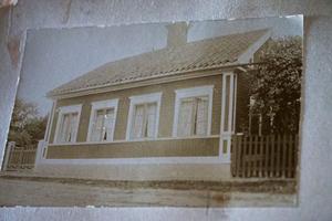 Det här gamla blekta fotografiet visar hur huset sett ut förr. Och det har fått styra utformningen av den nya verandan.