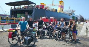 Gävlekillarna tillsammans med andra cyklister efter båtresan över Svarta havet.