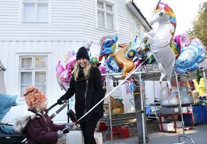Embla Buhre har sparat veckopengen för att kunna köpa en ballong på Grythyttans marknad. Här med mamma Mathilda och lillebror Fabian i vagnen.