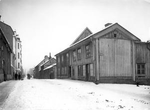Drottninggatan mot norr. På högra sidan ligger idag varuhuset Krämaren. Bilden är tagen i januari 1919. Foto: Örebro stadsarkiv/Sam Lindskog