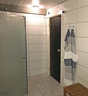 I källaren finns duschrum alldeles intill bastun.