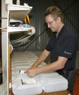 Kent Palm, Juvelit AB, etiketterar dunkar med spensåpa. Det är en nischad produkt som förhoppningsvis ska få Söderhamnsföretaget att växa – även på Europa-marknaden.