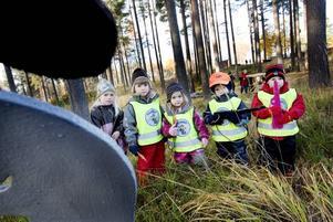 Älgjakt. Celia Norin, Marielle Murhagen, Malva Nilsson, Cedrik Norin och Olivia Westberg gjorde i går som många andra jädraåsbor - de gick ut på älgjakt. Men till skillnad från de vuxna letade barnen bilder och hade träbössor.