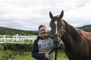Algot tillsammans med sin hästskötare Therese Lindeberg.
