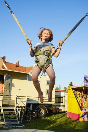 Nellie Anderstedt testar en av många attraktioner på tivolit.