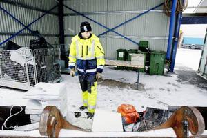 Marcus Edholm är nyanställd på återvinningsstationen i Odenskog. Då och då ser han att kommuninvånarna kastar fullt funktionsdugliga prylar. Men att som medborgare plocka åt sig av saker på återvinningsstationen är förbjudet och räknas som stöld.