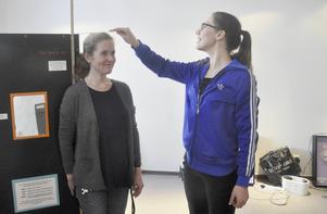 Hur lång är du? Christina Öhlén mäter kollegan Ulrika Björck.