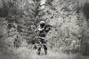 En poldavisk soldat söker efter fiender i skogen.