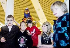 KLASS 1-6. Emil Lindborg, Albin Josefsson, Sebastian Elmetoft, Belinda Strandli och Joel Jansson är konstnärerna bakom utställningen om rymden som kan beskådas på Bomhus bibliotek.