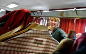 Scenografen Åsa Nilsson har under två veckor arbetat med förberedelserna inför kortfilmen Retur som spelas in i en by på Annersia.