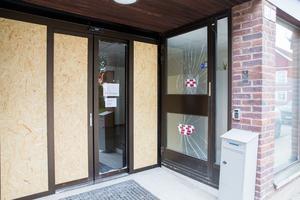 De krossade glasdörrarna och stora fönsterpartier fick ersättas med osb-skivor.