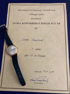 En gratifikation och en guldklocka för lång insats i företagets tjänst. Foto: Privat