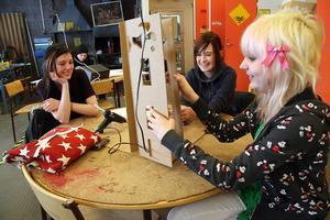 Maria Paby, Louise Ejefalk och Josefine Björs håller på att bygga ett hus av papp på tekniklektionen. Inställda lektioner är vanligt, menar de.