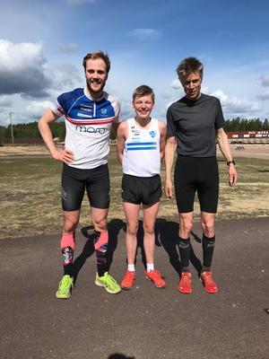 Segraren på 8 km Albin Gezelius flankeras av Linus Rapp och Thomas Sparr. Foto: Peter Fredricson