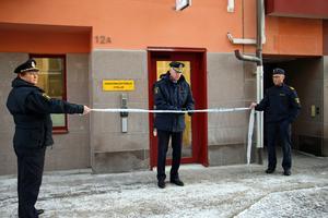 På torsdagsförmiddagen invigdes landets nyaste polisstation i Askersund med att Dan Persson, regionpolischef för polisregion Bergslagen, klippte avspärrningsbandet.