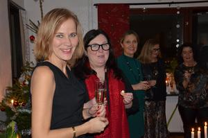 Karin Åström, Elisabeth Balazsi, Irja Carlsson, Åsa Bjurquist Eriksson och Margareta Sundin har fått var sitt glas bubbel.