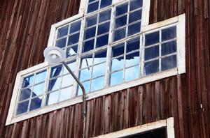 Genom fönstret på kortväggen syns himlen där logens tak tidigare fanns.