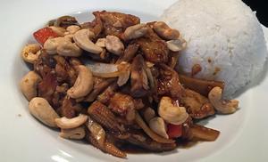 Kyckling med cashewnötter på thailändskt vis och ris.Foto: Lunchkollen