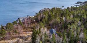 Huset ligger vid Fjällboholmar/Grisslehamn precis vid Ålands hav. Foto: Jan Hejra/Kjell Johansson Fastighetsbyrå