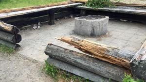 Någon har troligen haft dåligt med ved till grillningen och tagit från den uppbyggda grillplatsen.