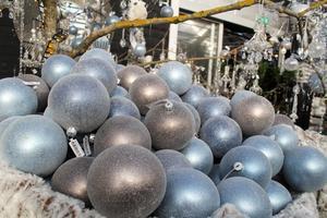 Isande blå och grå julkulor.