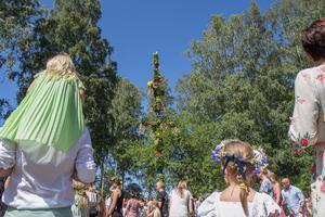 Många hade midsommarkrans och finaste sommarstassen dagen till ära.