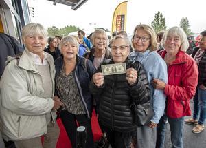 Eivor Heens från Äppelbo fick en hemlig resa till Malung och en dollarsedel i 80-årspresent av Lillemor Östlund, Ulla Tällberg, Ingeborg Adolfsson, Eivor Heens, Kristina Masgård och Marita Steen. Foto: Berit Djuse