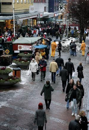 Det utomordentligt traditionsbundna jippot julskyltningen brukar alltid locka ut mycket folk. Här en bild från gågatan i Ludvika som togs för några år sedan.Foto: Peter Ohlsson