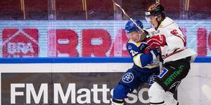 Lukas Pilö i duell med Leksands Patrik Zackrisson. Foto: Daniel Eriksson/BILDBYRÅN